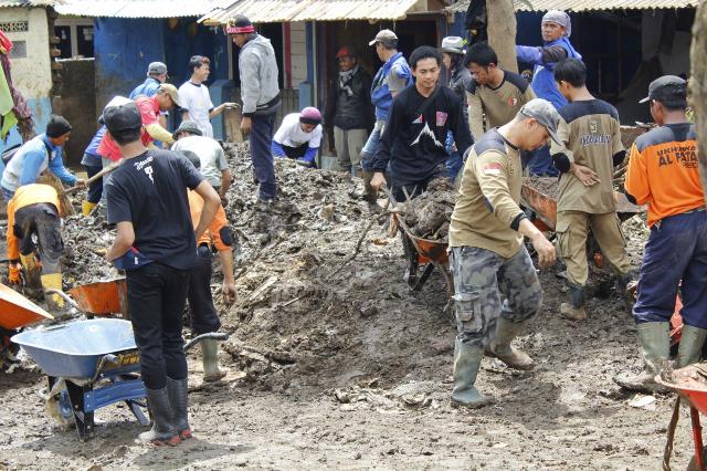 relawan-pks-membantu-korban-banjir-garut