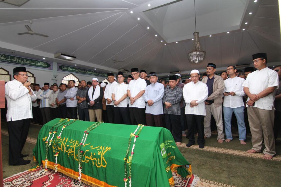 Presiden PKS Mohamad Sohibul Iman memberikan penghormatan terakhir kepada Taufik Ridlo di Masjid Al-Amin, Kompleks DPR Kalibata, Jakarta Selatan, Senin (6/2/2017)