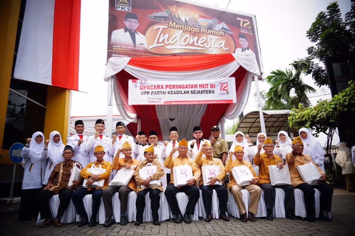 Pimpinan PKS berfoto bersama dengan veteran pasca upacara peringatan Kemerdekaan RI, Kamis (17/8/2017)