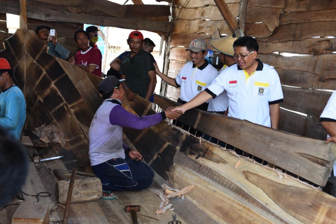 Presiden PKS Mohamad Sohibul Iman menyapa para nelayan dalam kunjungannya ke Pati, Jawa Tengah, Jumat (13/4). (M Hilal/PKSFoto)